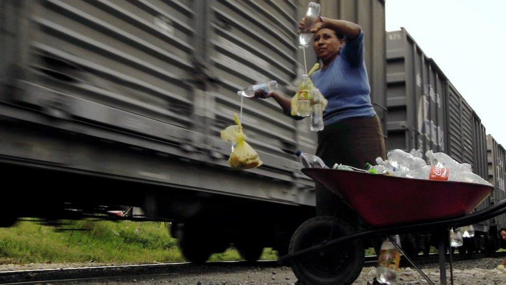"""Llévate mis amores: la historia de las """"Patronas"""" que alientan a los migrantes"""